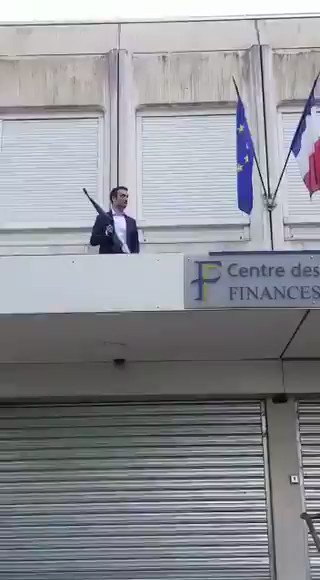 RT @EyesOnQ: Won't see this on the MSM. Leading French politician getting rid of the EU flag on a building  https://t.co/K4cHJVCFX4