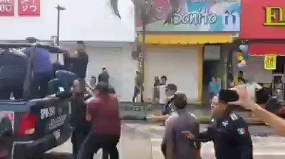 #Video  |Usuarios de Redes Sociales indignados por el trato de policías de #Chiapas a un menor que intentó defender a su madre en una supuesta manifestación.¿Qué opinan amigos?