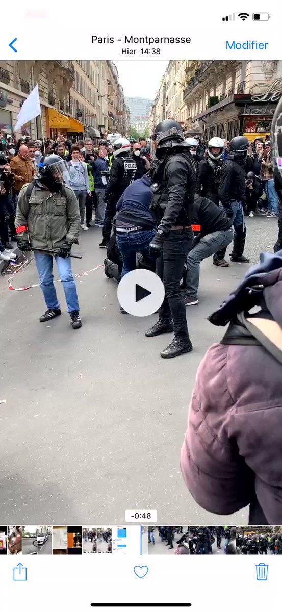 allo @Place_Beauvau - c'est pour un signalement - 748    Images difficiles. Un policier manie sa matraque télescopique dans le pantalon d'un manifestant maîtrisé au sol.    Paris, Bd du Montparnasse métro Vavin,, #1erMai, 14h38, source : vidéo reçue par courriel.
