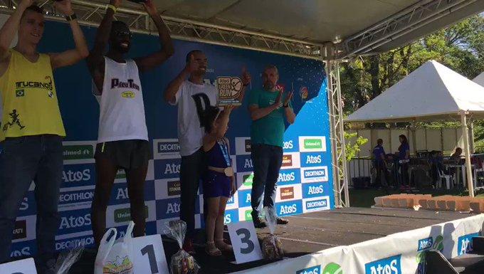 Entrega da premiação aos corredores da Geral Masculina 6k, por Paulo Perez, diretor de...