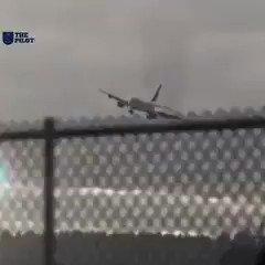 هذه طائرة يابانية لم تستطيع الهبوط بسبب موجات الهواء الشديدة شنو شعورك لو كنت معاهم على متن هذه الرحلة ؟ 😳 🙈