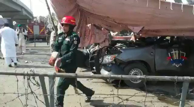 Unconfirmed Reports that the elite police Jawans tried to stop the bomber who blasted himself.  5 police jawans and 4 civilians embraced shahadat. Many injured. #LahoreBlast #DataDarbarBlast