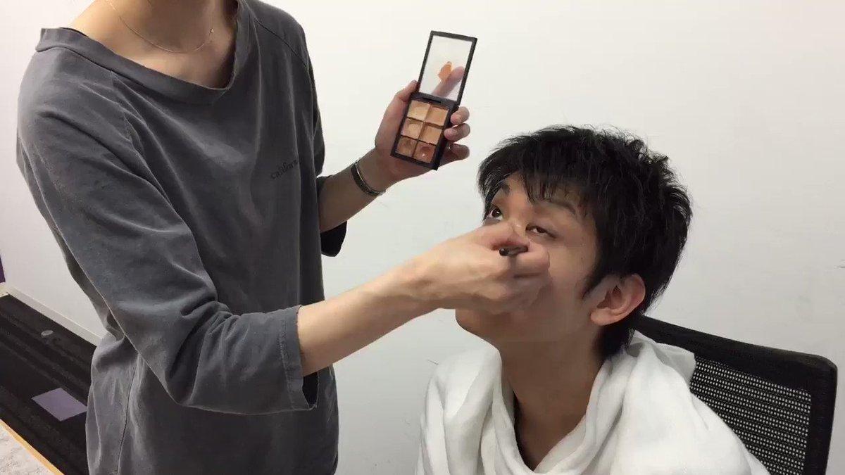 【眼力:りゅうせい / 声: sako】今日は新ユニフォームでの宣材撮影でした。メイクさんに肌の綺麗さを褒められる美容男子りゅうせい選手の向かいでヒゲの永久脱毛を勧められるsako選手#割とガチでお勧めされてました #FAVgaming