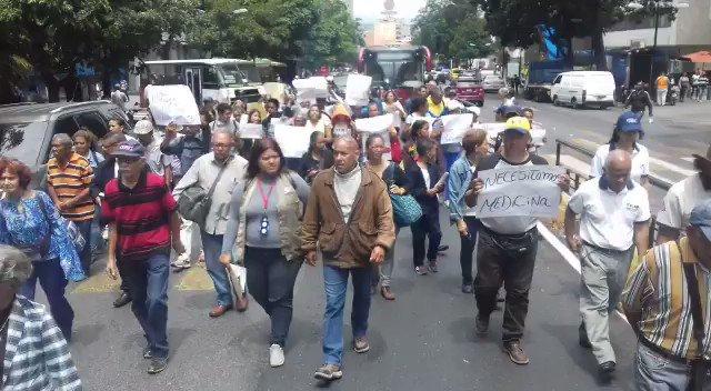 MANIFESTACIÓN DEL COMITÉ DE FAMILIARES Y PACIENTES VÍCTIMAS DEL BLOQUEO FINANCIERO EN VENEZUELA #trumpunblockvenezuela #trumphandsoffvenezuela @tuiteros_vzla @PartidoPSUV @bricspsuvpy @ComunicacionalR @ActualidadRT @jaarreaza @NicolasMaduro @dcabellor @taniapsuv