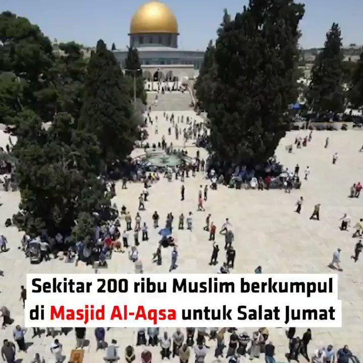 SHALAT JUMAT PERTAMA BULAN RAMADHAN DI MASJID AL-AQSASekitar 180 ribu umat Muslim menyerbu Masjid Al-Aqsa, Jumat (10/5), untuk menunaikan salat Jumat pertama di bulan suci Ramadhan..Jumlah jamaah yang diumumkan Dewan Wakaf ini 50 persen lebih banyak dari tahun lalu #NewsOne