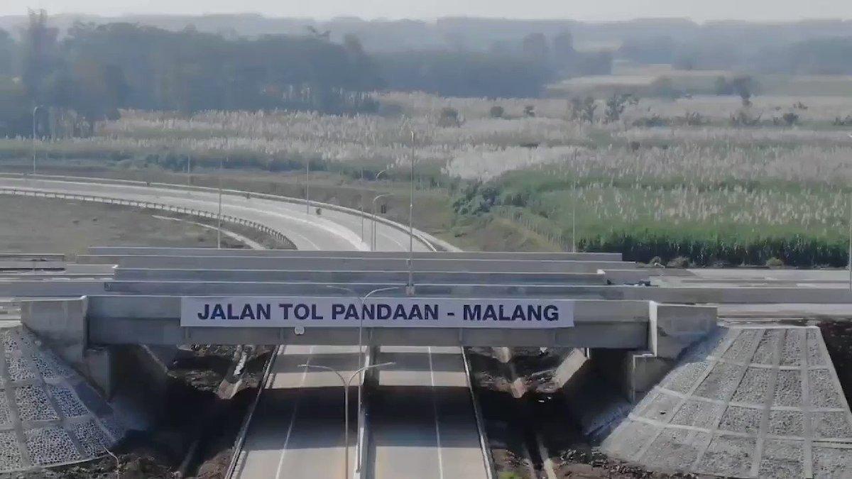 Jalan Tol Pandaan-Malang, berlatar gunung dan sawah-sawah, menuju kemajuan Malang Raya.