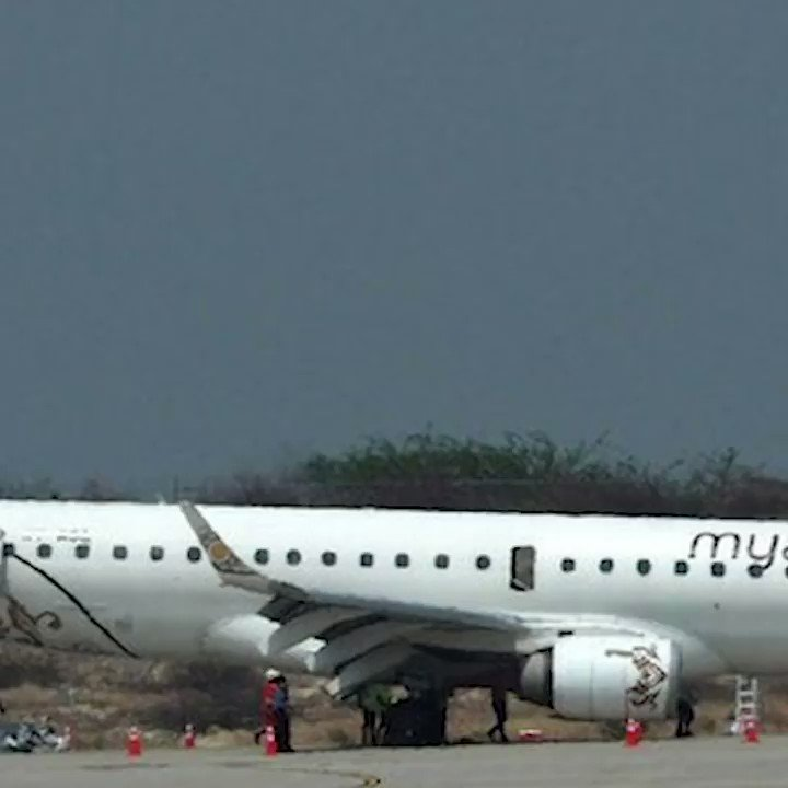 PILOT DI MYANMAR BERHASIL MENDARATKAN PESAWAT TANPA RODA DEPANPesawat Myanmar yang membawa 89 penumpang dan awak melakukan pendaratan darurat di bandar udara Mandalay. Pilot berhasil mendaratkan pesawat dengan selamat meski tidak dengan menggunakan roda depan.#NewsOne