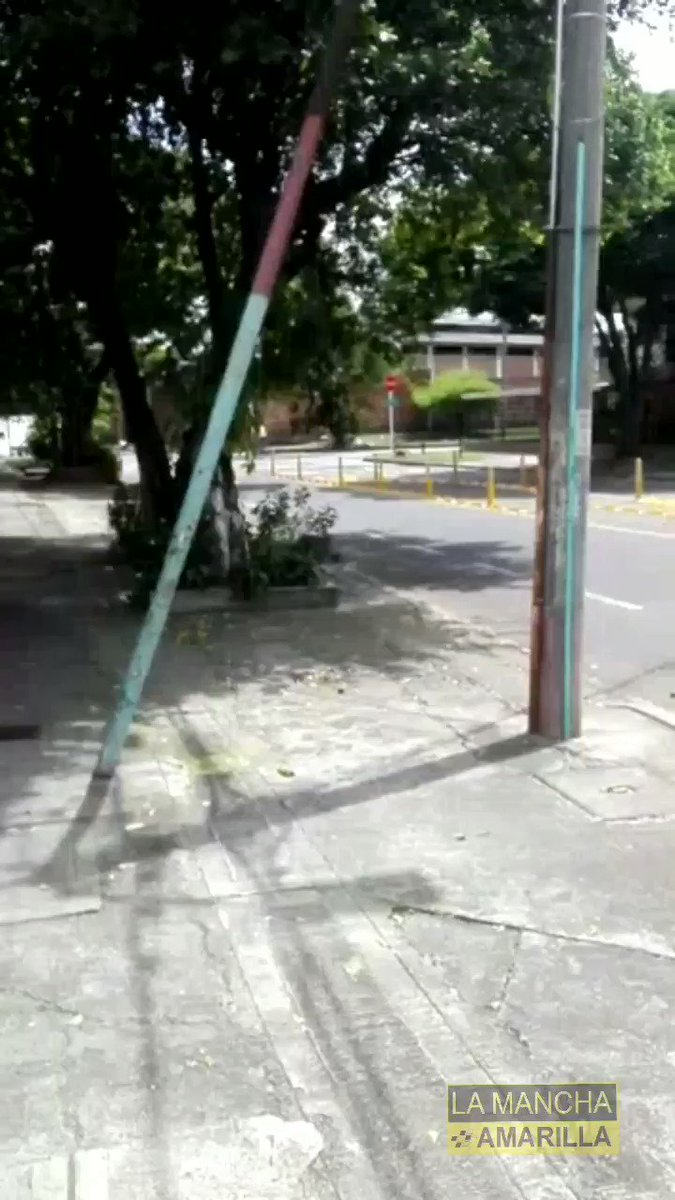 Bloqueado el paso sobre la Calle 47 con Carrera 1Dbis, por Tractocamion atascado con los nuevos baches, de la administración Municipal...