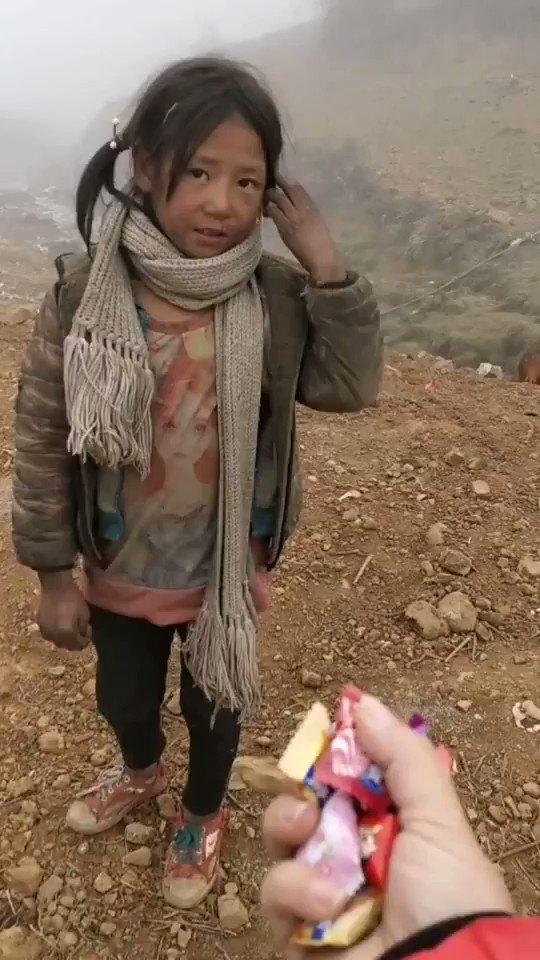 """曙光on Twitter: """"一位阿姨送给可怜的小女孩一把糖果,小女孩伸 ..."""