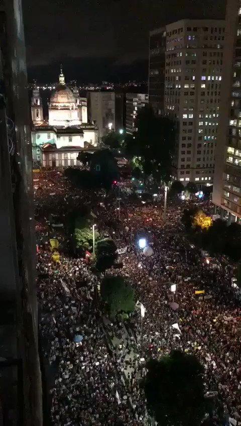 RT @samiabomfim: Gigante a manifestação no Rio de Janeiro. Dia histórico! #TsunamiDaEducação #LevanteDosLivros https://t.co/g6sXMDGKMS