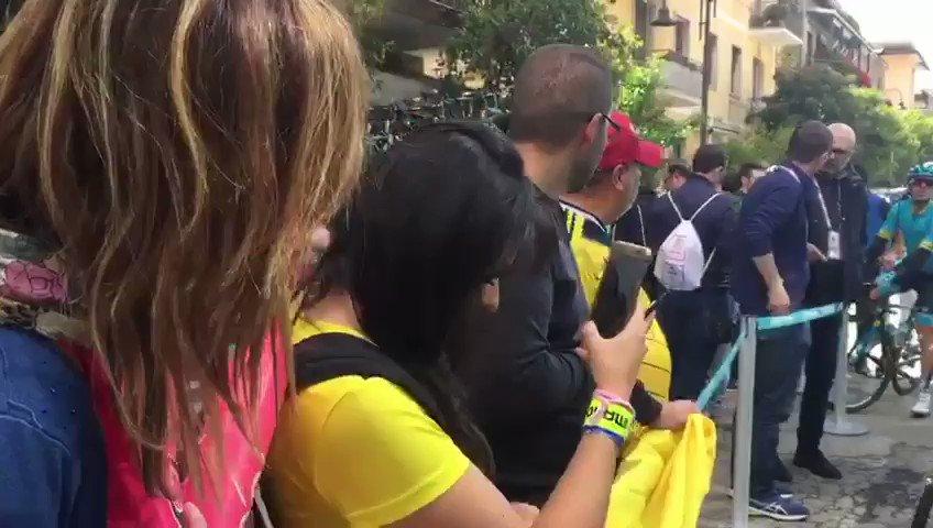 Miguel Ángel López tiene soñando a Colombia con la maglia rosa y por eso los aficionados le dan muestras de cariño. No se pierda la etapa 6 del Giro de Italia desde las 7:30 am por http://elgiroporcaracol.com y a las 9:00 am por la pantalla principal #VamosEscarabajos