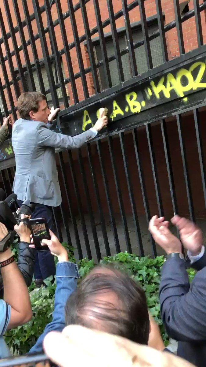 En Madrid no toleramos los insultos a la @Policia. Ni las pintadas ilegales. ¡Viva la Policía de todos los madrileños!