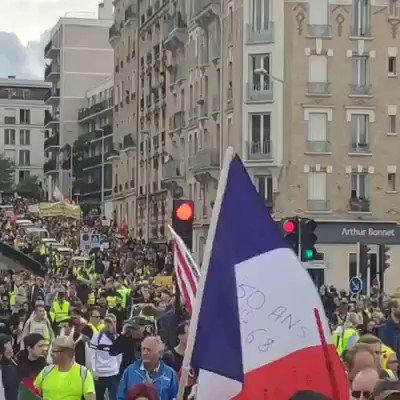#Macron On avance pas en étant contre toi ? Encore des milliers de #Giletsjaunes dans nos rues Va falloir trouver autres chose que tes débouchés politiques à voir la longueur du cortège à #Paris pour cet #ActeXXVII . Pour nous il ny en a quune #MacronDemission !