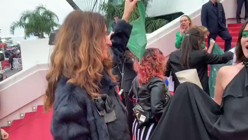 💪 Une montée des marches historique à #Cannes2019 avec #JuanSolanas et les argentines, @leplanning et la @Fondationfemmes #FestivalDeCannes #AbortoLegalYa #QueSeaLey #YouKnowMe #WarOnWomen #maintenantonagit