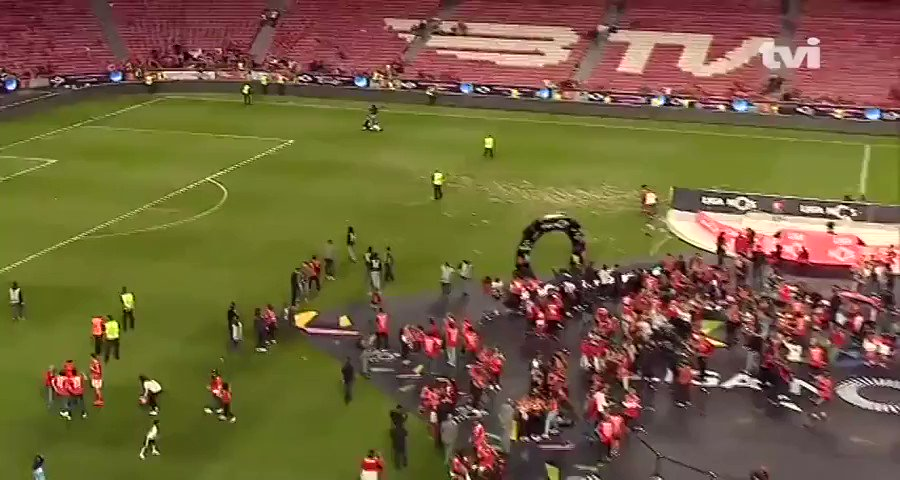 Benfica won the Portuguese League yesterday and their former player Eliseu came on the pitch to celebrate with his scooter. Unreal scenes. 😂😭