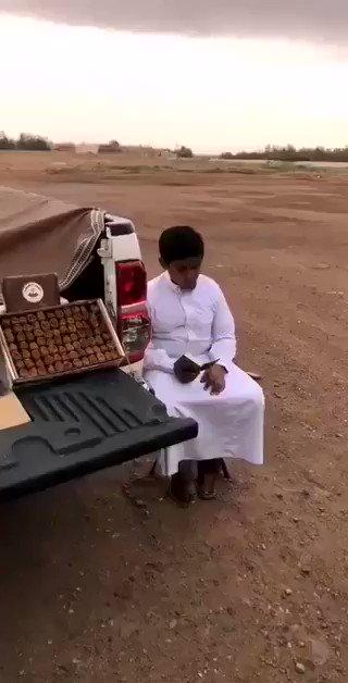 فيديو:طفل يقرأ القرآن أثناء بيعه للتمر على أحد الطرق بـ #المملكة في نهار #رمضان.