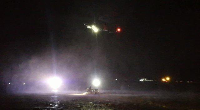 جانب من جهود طيران الشرطة أثناء تنفيذه عملية إنقاذ لثلاثة أشخاص بوادي سرور بولاية سمائل مساء اليوم.  #شرطة_عمان_السلطانية