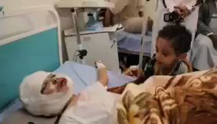 If this was in #Syria, most of people around the world would be calling for awareness & action in twitter. But when its #Yemen, most of you dont care a bit. This boy is waving and trying to get response from his brother who was injured by #Saudi airstrike in #Sanaa 3 days ago.