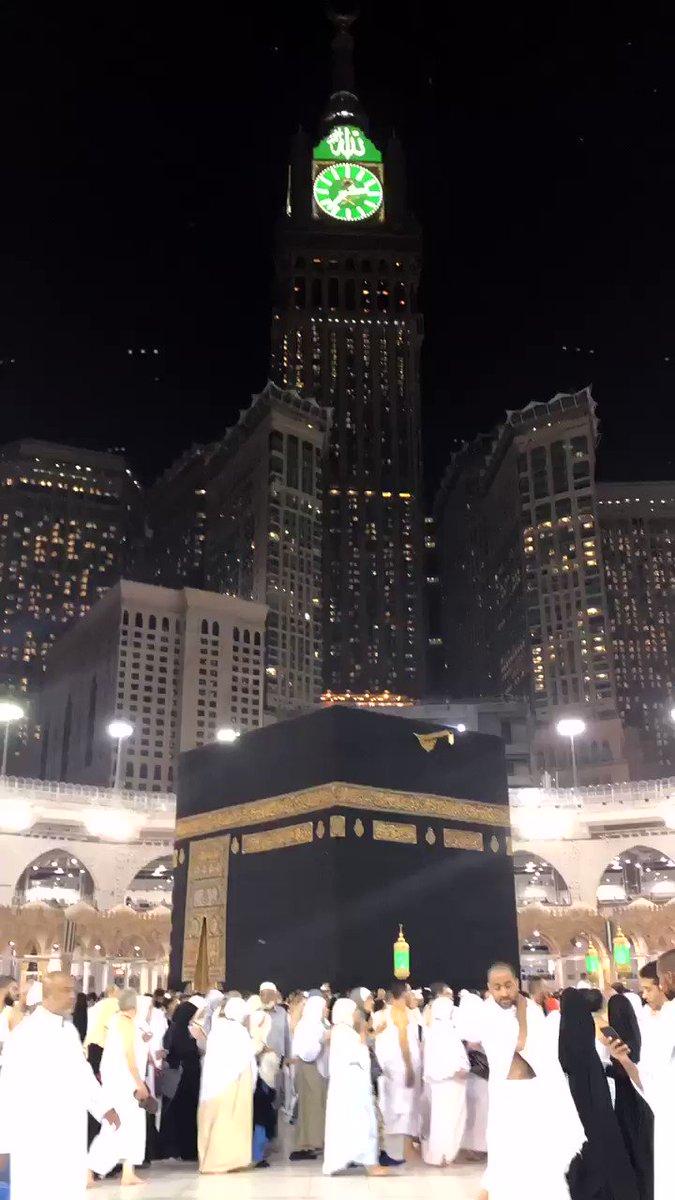 Mungkin ini magnet cinta terbesar.  Gravitasinya menarik jutaan orang dari seluruh penjuru bumi. Tunduk.  #rindu #UmrohRamadhan – at The Holy Ka'aba   الكعبة المشرفة