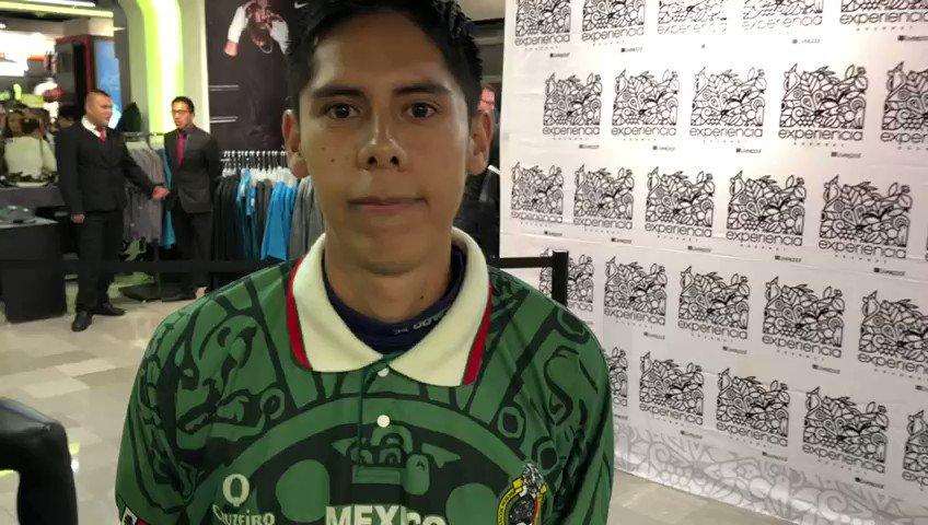 """Aficionado considera al """"Chuky"""" el mejor jugador de México en la actualidad. Además, comenta que tuvo que esperar aproximadamente 3 horas para obtener su firma y fotografía.#LiguillaW"""