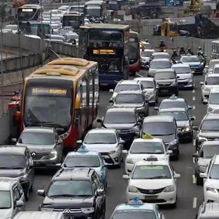 DEMI HINDARI MACET MOBIL NEKAT NAIK TROTOARPengendara mobil nekat melaju agar terbebas dari kemacetan panjang. Aksi tersebut menjadi viral setelah terekam kamera dan di unggah ke medsos. #NewsOne #ViralNews