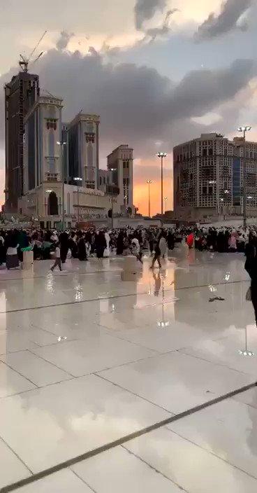 شاهد بالفيديو.. فرحة الأطفال وزوار الحرم المكي بهطول الأمطار. #مكه_الان