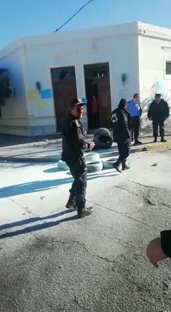 #Rawson En gravísimos incidentes en uno de los accesos a @gobiernochubut, el Crio. Gral. Miguel Gómez (Jefe de Policía) y varios efectivos sufrieron importantes heridas luego de las violentas agresiones de un grupo de manifestantes. @massonifederico @Oviedodelvalle @c7chubut