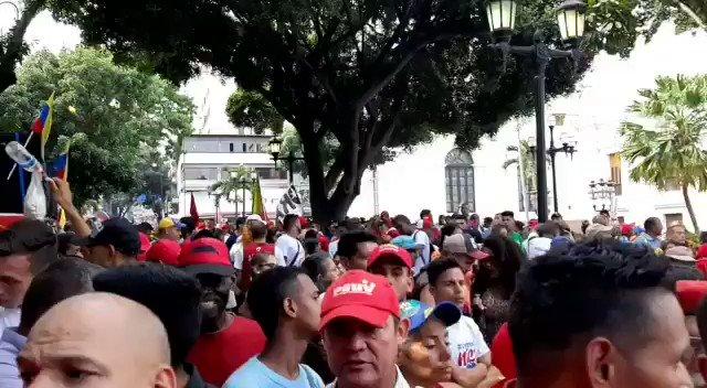 Hace un año, 6.248.864 venezolanas y venezolanos, expresaron su voluntad, eligiendo como presidente a Nicolás Maduro. Así se encuentran los alrededores del Palacio Legislativo, esperando a los Constituyentes para salir rumbo a Miraflores. #1añoDeVictoriaPopular. #20May