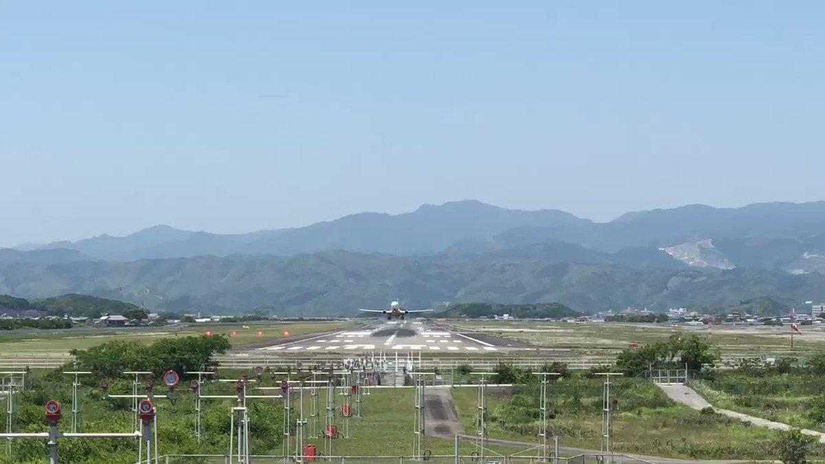 高知龍馬空港に初めてきました!😊  天気がいいので、空港外周に繰り出してみたら、 外周の堤防がものすごく良い場所なんです😆✈️✨  その堤防で、空中八策 吉岡(@RY2O)さんと、たまたま知り合ったんですが、すごいナイスガイなんです😆👍✨✨ よい出会いって、このことです!  #高知龍馬空港