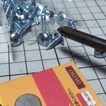 磁石は当てて引くとくっつく。押す動作でくっつかなくなる