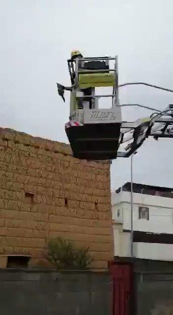 في صورة للرحمة والرفق بالحيوانات.. شاهد.. الدفاع المدني يُنقذ قطة علقت فوق منزل مهجور بأحد رفيدة.
