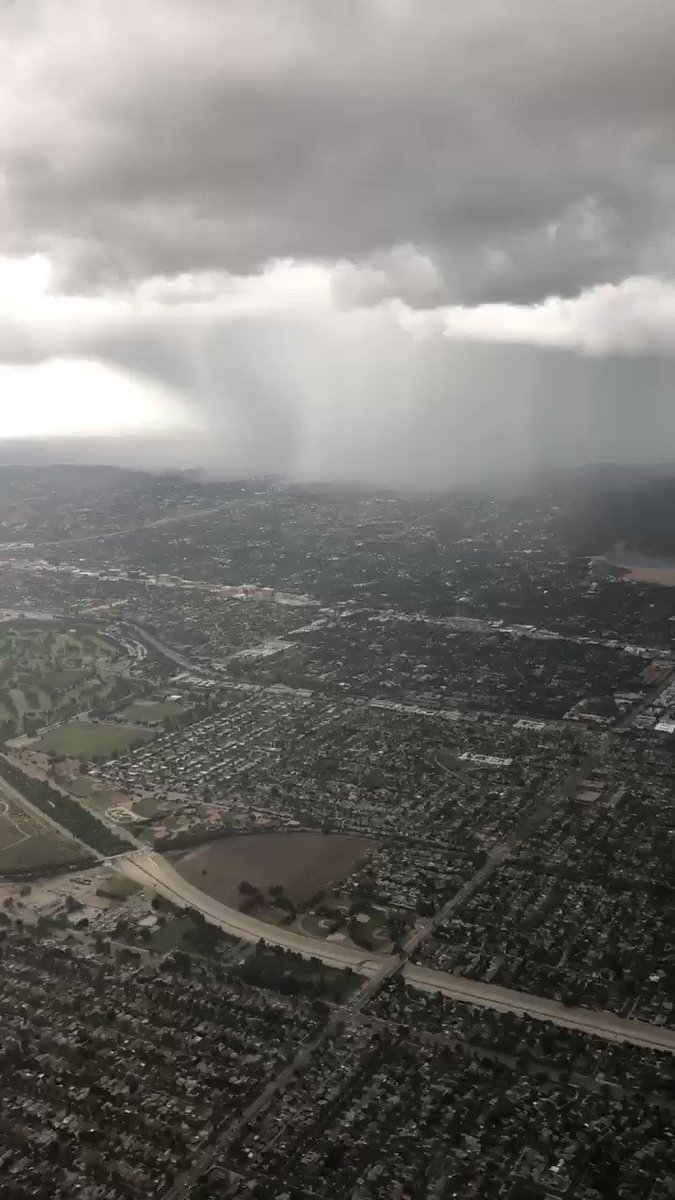 RT @gofiliberto: Flying over the San Fernando Valley just now 🌧⛈ #LArain #mydayinLA https://t.co/lIcIUdTdbq