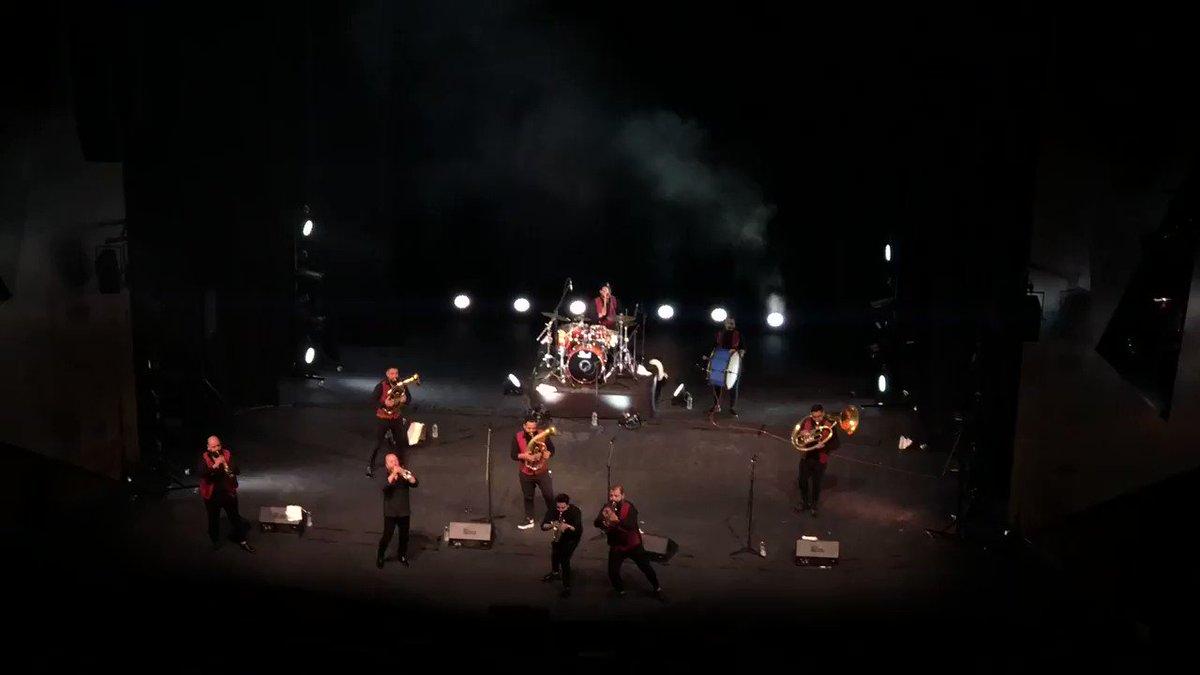 #AEstaHora se vive la fiesta en el @teatrosantande1 , los artistas invitados tienen la energía del público encendida ¡Gran orquesta de Macedonia! #TodosSomosTeatro