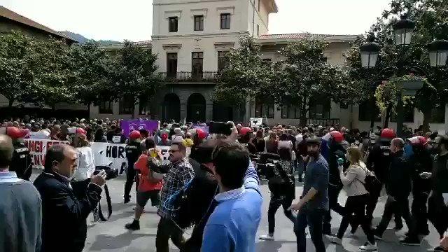"""Així ha estat rebut Albert Rivera al municipi de Ugau-Miraballes: Tothom d'esquenes, en silenci, comerços tancats i pancarta de """"No sou benvinguts""""."""