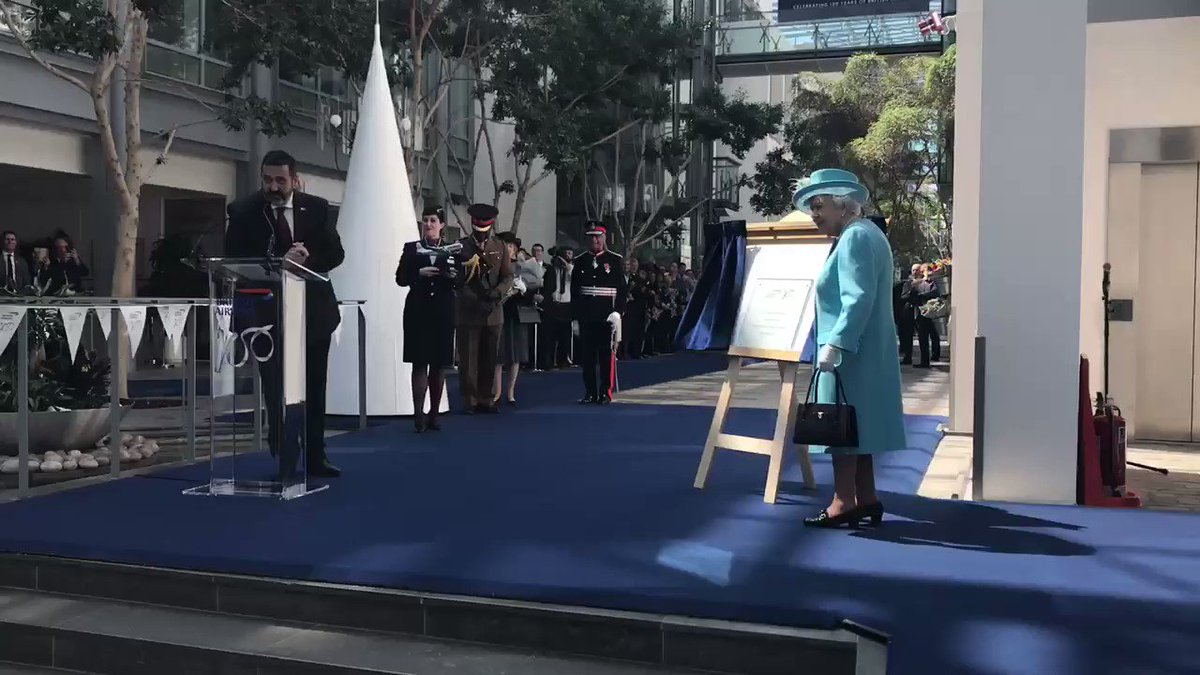 .@British_Airways staff gave three cheers to Her Majesty after HM unveiled a plaque to mark the visit.