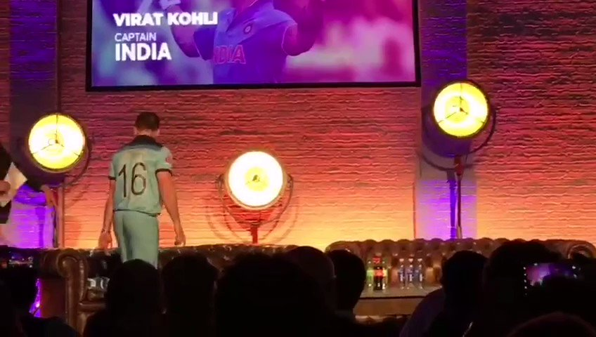 Entry of Pakistan Captain @SarfarazA_54 and India Captain @imVkohli during #CWC19Captain Press conference in London. #CWC19