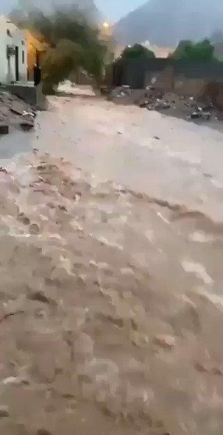 فيديو:مياه الأمطار الشديدة تجرف أحد الأطفال وهو يلعب في مجرى للسيل بـ #نجران.