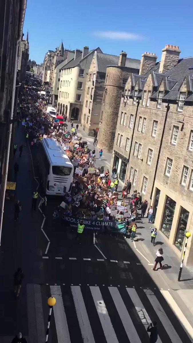 Brilliant to see school pupils marching down the Royal Mile to the Scottish Parliament protesting about the climate #FridaysForFuture #ClimateStrike