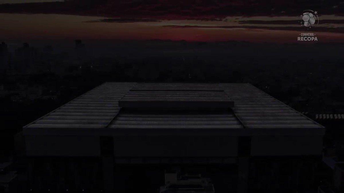 ⚫️🔴🌪️ A belíssima Arena em noite de decisão! Que imagens! O que você ainda não viu da vitória do @AthleticoPR sobre o @CARPoficial!   🏆🏟️ ¡El imponente Arena da Baixada en una noche decisiva! ¡Qué imágenes! ¡Lo que no se vio de la victoria de Paranaense ante River!  #Recopa