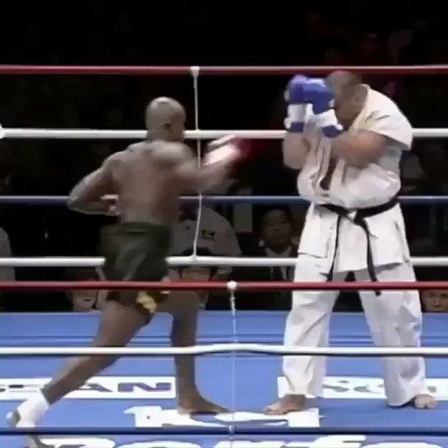 Flash 🔙 - Há exatos 21 anos Ernesto Hoost 🇳🇱 mandou esse chute alto que nocauteou o carateca Jean Riviere 🇨🇦 no #k1 Braves, e mandou ver na dancinha à la 'Mr. Perfect'.  #glorykickboxing #kickboxing