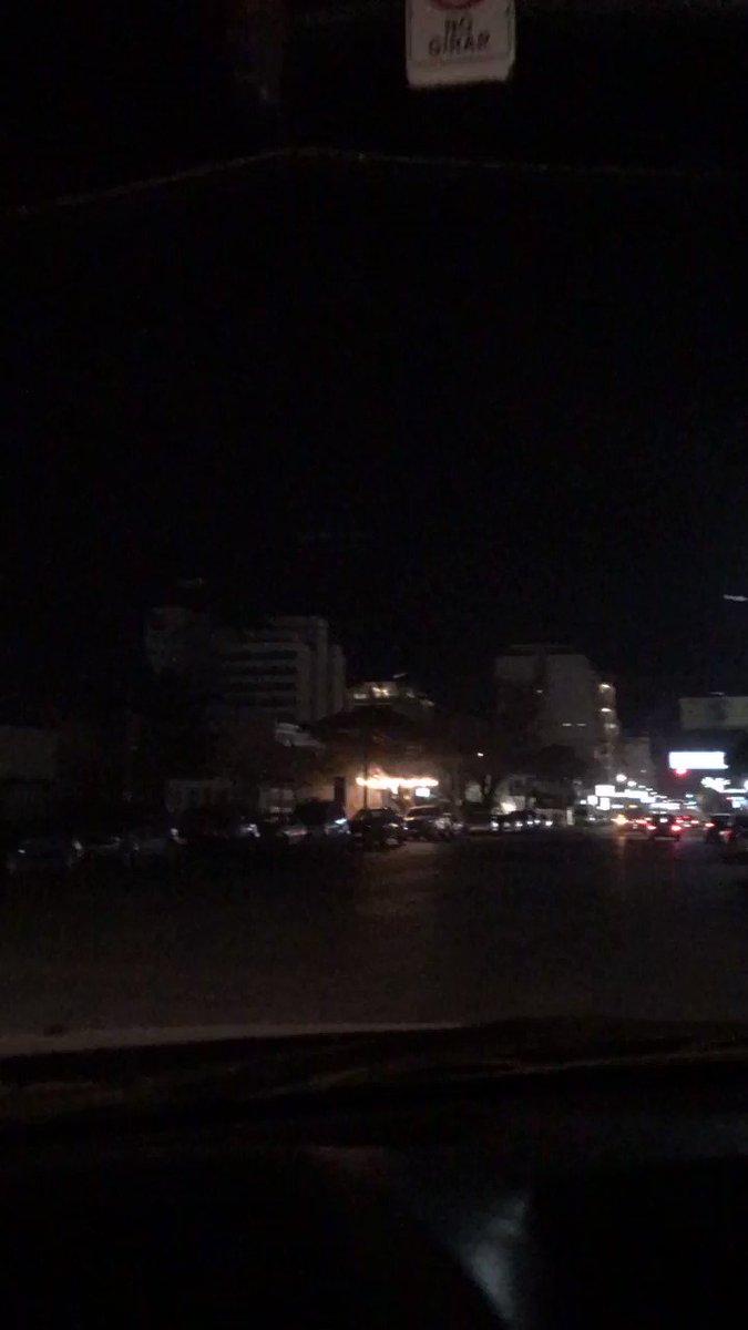 Alguien le puede avisar a @servicoopmadryn que están todas cortadas las luminarias de Avenida Roca?