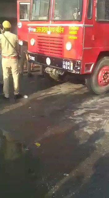 कानपुर में 5 मंजिला मकान में लगी आग,जान पर खेलकर फायरकर्मी ने बच्चे को जानलेवा धुएं से बाहर निकाला,तारीफ करनी होगी बहादुर की @News18India @News18UP @dgpup @Uppolice @kanpurnagarpol @igrangekanpur @adgzonekanpur @myogiadityanath
