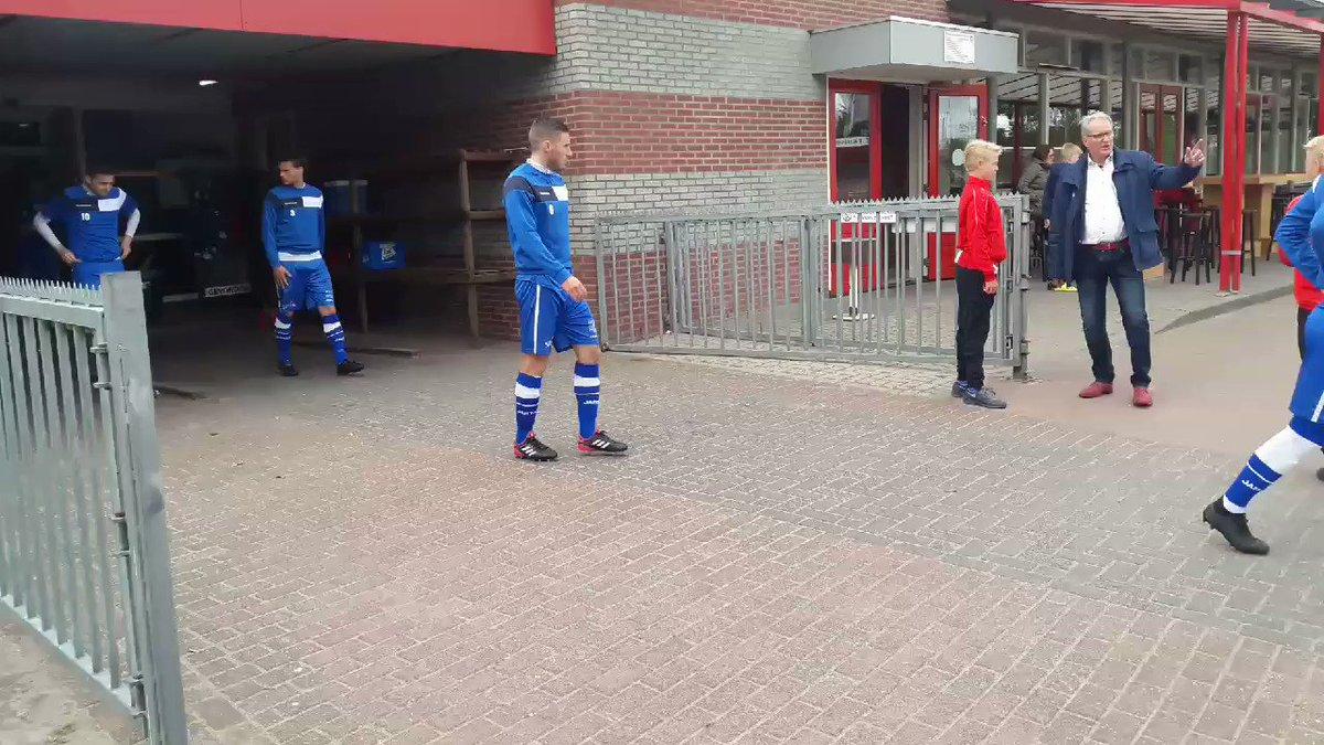 De spelers van @hsvhoek beginnen in Harkema aan de warming-up voor competitiewedstrijd nummer 34.  #harhoe #derdedivisie