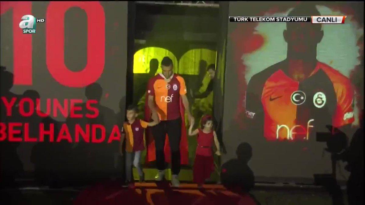 """Galatasaray'da Younes Belhanda, Wesley Sneijder'in 20. şampiyonluk kutlamasında söylediği """"Fener Ağlama"""" şarkısıyla sahneye çıktı."""