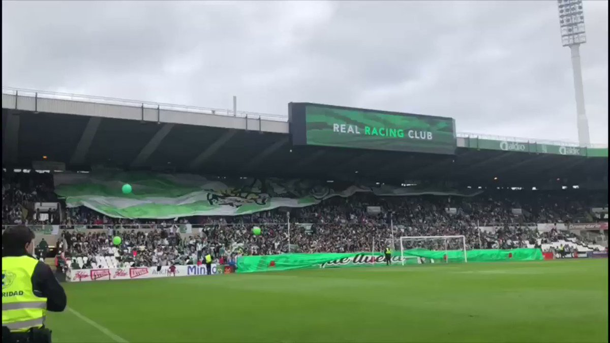 Explícale a cualquiera que no siga el fútbol que el Racing está en Segunda B. Ambiente de Europa League. Tremendo.