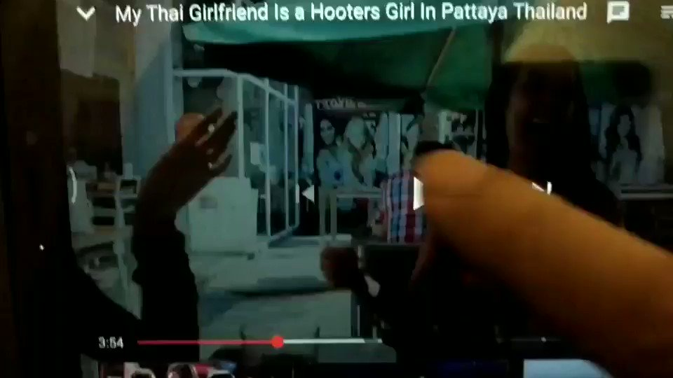 My Thai girlfriend is a Hooters girlとのビデオ。白人男性の言ってることはなんとなくわかるが、Hooters黒Tシャツ女性の英語が聞き取れない。彼女の英会話力は上級で、白人男性には通じているだけに自信喪失。聞き取れたのはカクテルの名前Blow jobとskill is goodだけ。