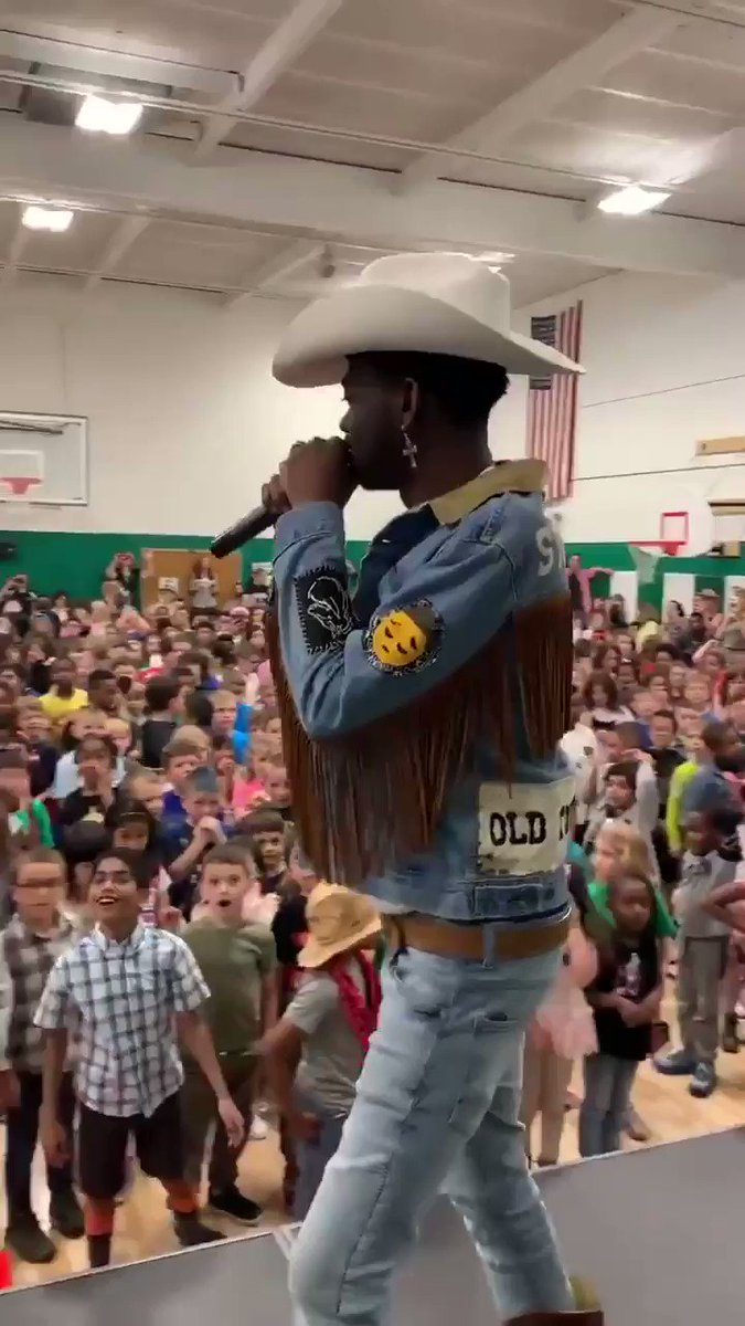 why is this video of a sea of elementary school kids going HAM to old town road literally the funniest video i've ever seen in my whole life