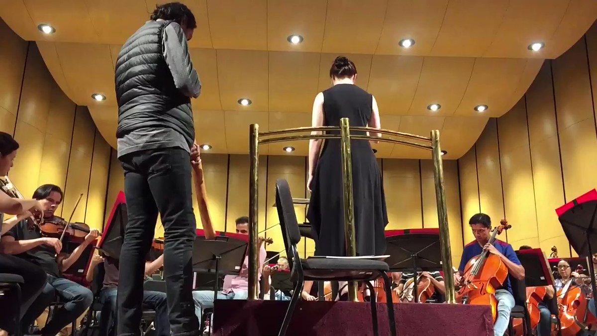 ¡La directora invitada Jennifer Condon, William Barton y la @FilarmonicaJal están ajustando los últimos detalles para el concierto de esta noche!