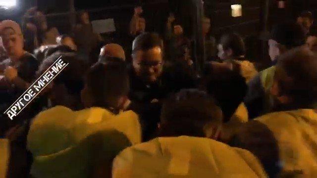 Ночь в москве, #люблино. Большой протест против застроек. Были аресты. Но по тв про это не покажут - там только Украина. #рф_идёт_на_дно pic.twitter.com/ja2MgYEasg