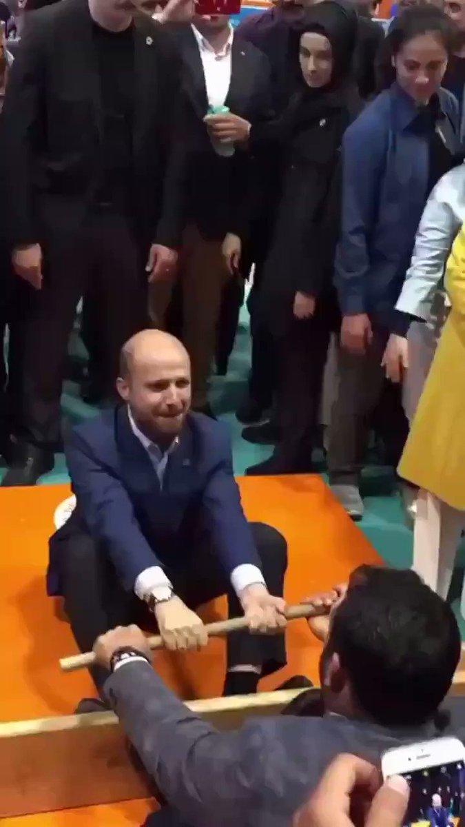 Bilal Erdoğan, iftar sonrası arkadaşıyla 'oyun' oynadı, babası Cumhurbaşkanı Erdoğan ve annesi Emine Erdoğan alkışladı...